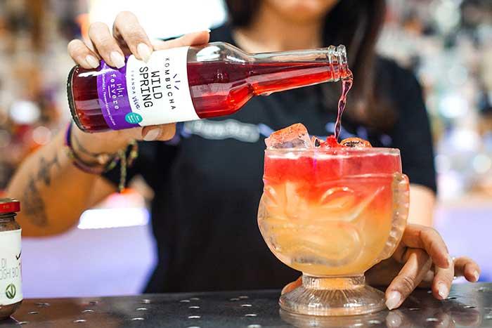 preparazione cocktail con kombucha fervere