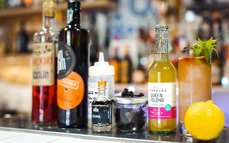 bevanda fermentata e bottiglie in un bar