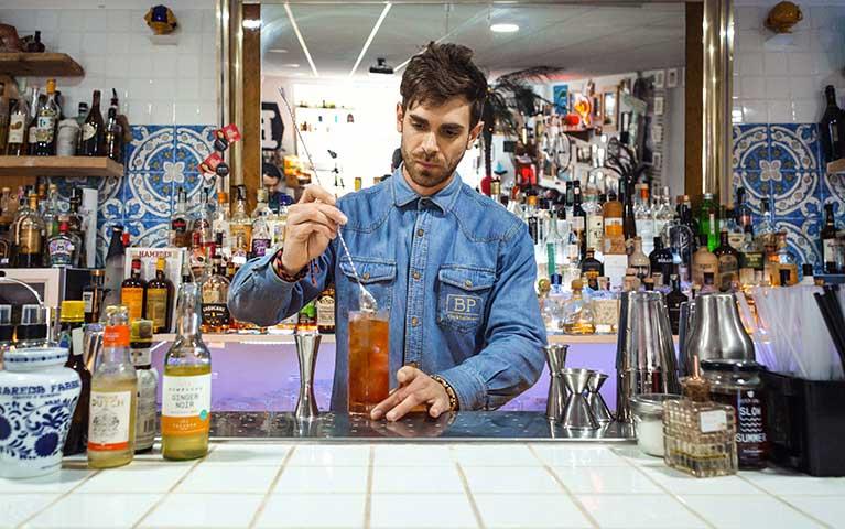 preparazione cocktail a base di bevanda fermentata kombucha